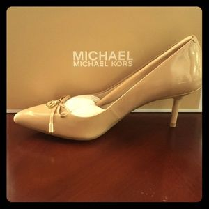 Nude patent leather MID Pump